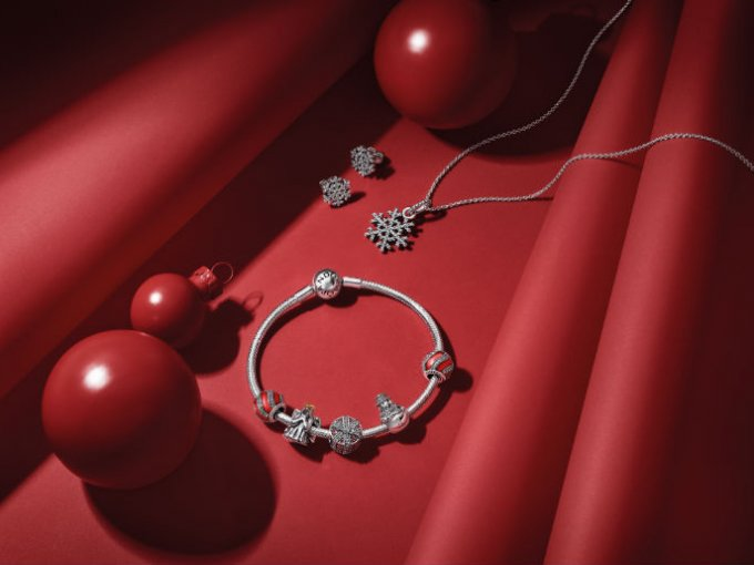 "Sucumbe ante esta pulsera y sus sofisticados charms de la colección ""Magic of Christmas Collection""."