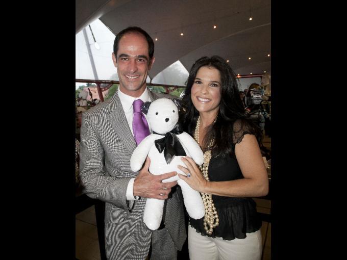 Juan Garibay y Martha Debayle con el oso que ella diseño.