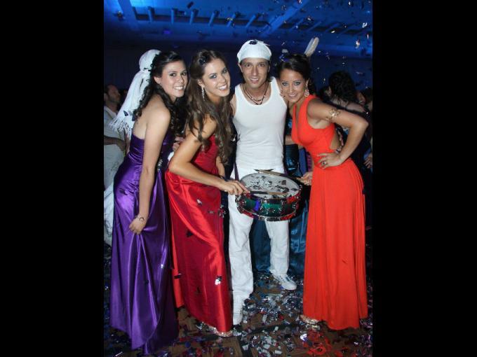 Lizeth Ochoa, Macarena Ordiales y Perla Magaña con el animador.