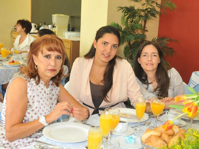 Rosa Amelia, Lorena y Martha Cuéllar