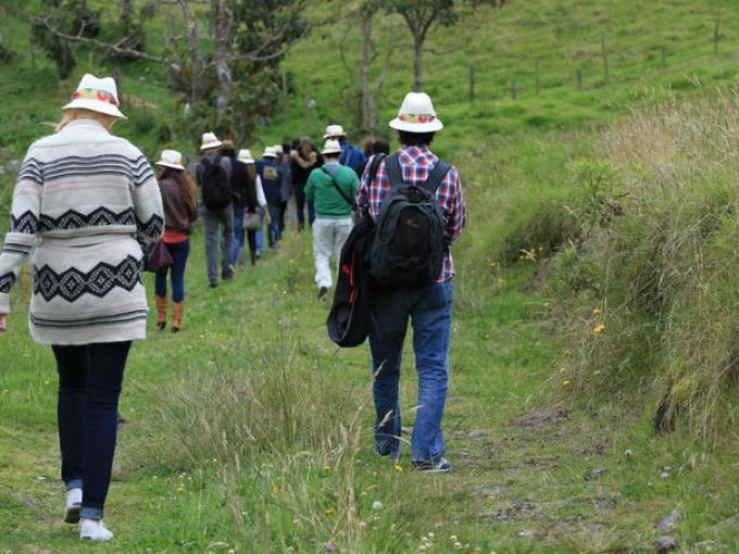 La aventura comenzó con una caminata por la finca Los Pinos.