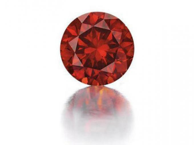 2. Diamante rojo. Debido a su rareza extrema, este tipo de diamante es uno de los más buscados  por los coleccionistas de piedras preciosas de todo el mundo. Su precio es de 2.5 millones de dólares/quilate.