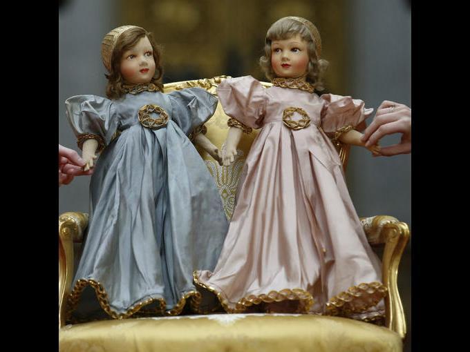 3.Dos muñecos de París que pertenecen a la reina Isabel  II (muñeca izquierda) y su hermana la princesa Margarita