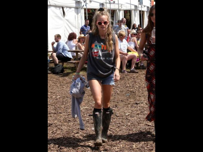Cressida Bonas luciendo otro look muy similar en uno de los días que duró el festival.