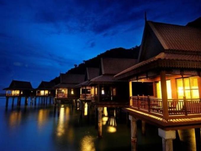 8. Berjaya Resort - Langkawi (Malasia) / Entre la selva tropical y aguas cristalina, este hotel cuenta con 50 habitaciones, suites y chalets ubicados sobre el agua, todos con balcones privados.