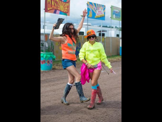 Bip y Evangeline Ling. Estas modelos y british 'it' girls estuvieron presentes derrochando buena actitud y mucho colorido en sus atuendos.