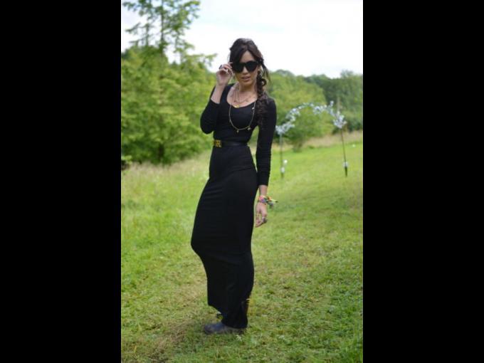 Daisy Lowe. Esta modelo y socialité inglesa de 25 años, hija e Perla Lowe (diseñadora textil) y Gavin Rossdale (cantante de la banda Bush y hoy esposo actual de Gwen Stefani) luce escultural en un vestido largo, negro y con lentes de sol LeSpec.