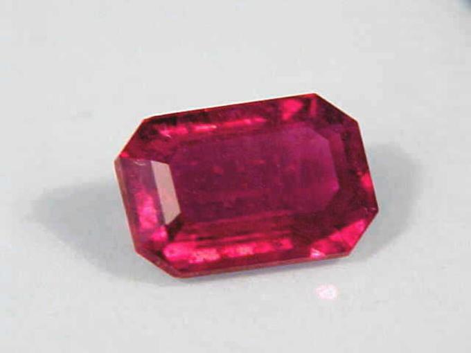 8. Esmeralda roja. Existen varios yacimientos en México y Estados Unidos. Su precio es de 10 mil dólares/quilate.
