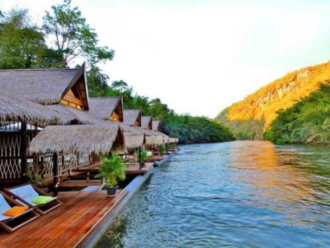 2. Float House River Kwai – Kanchanaburi (Tailandia) / En las orillas del río Kwai, en la provincia de Kanchanaburi, Tailandia / Cuenta con  18 elegantes villas boutique hechas de bambú y madera tradicional.