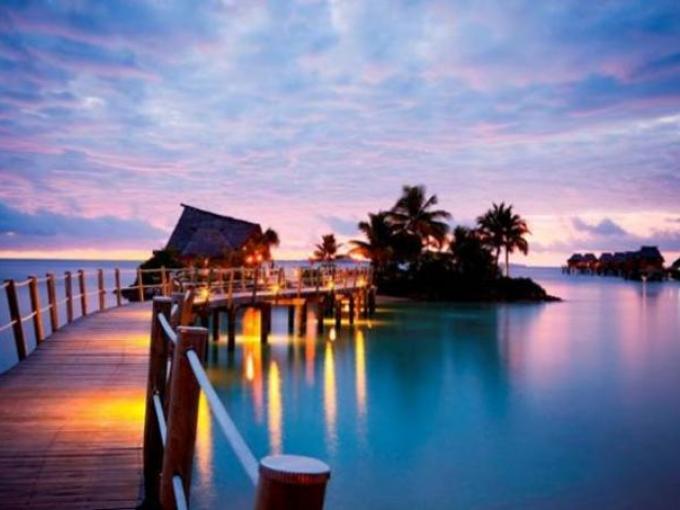 4. Likuliku Lagoon Resort –Archipiélago Mamanuca (Fiji) / Los Bungalows se construyeron con materiales naturales de la región.