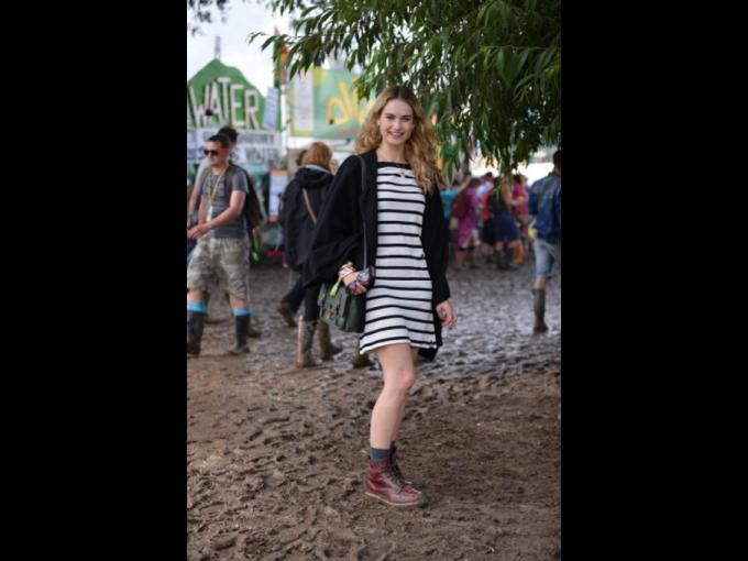 Lilly James. La actriz inglesa lució radiante y contenta con un look de vestido a rayas y botas Dr. Martens.
