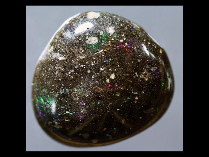 9. Ópalo negro. La mayor parte de estas gemas provienen de Australia. Unas pocas se encuentran en México, Brasil y Estados Unidos. Se paga a 2 mil 355 dólares /quilate.