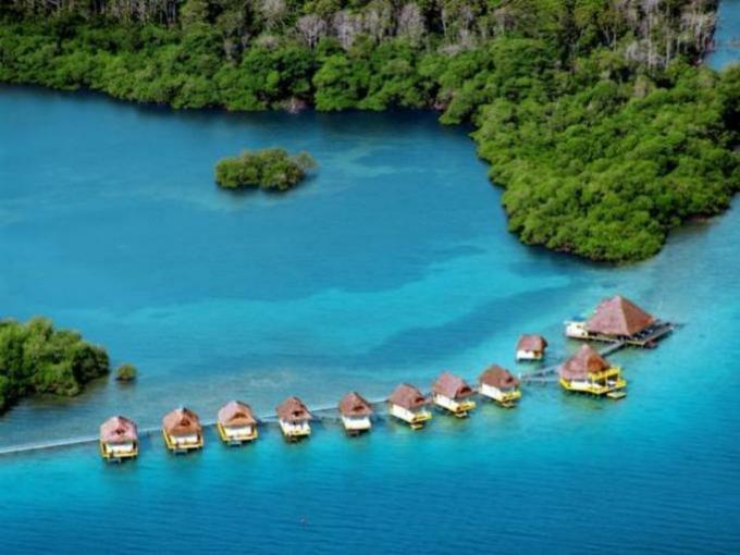 6. Punta Caracol Acqua Lodge – Bocas del Toro (Panamá) / El hotel ofrece nueve cabañas flotantes, con techos de paja de palmera.