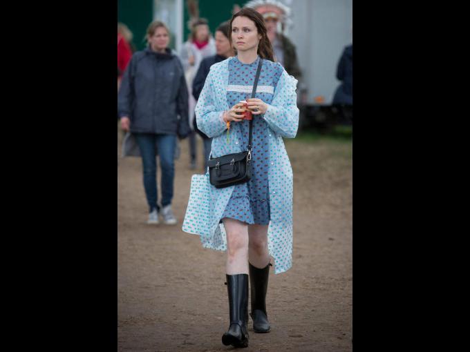 Sophie Ellis Bextor. A la cantautora inglesa, conocida en el Reino Unido como la reina del 'dance', se le observó con un look bastante azulado (vestido y gabardina), y por supuesto, botas, para estar adhoc a las condiciones del terreno.