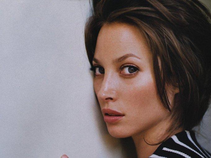 Christy Turlington fue la imagen de la fragancia de Calvin Klein, creó su línea en productos de belleza, y ha escrito diversos libros de Yoga.