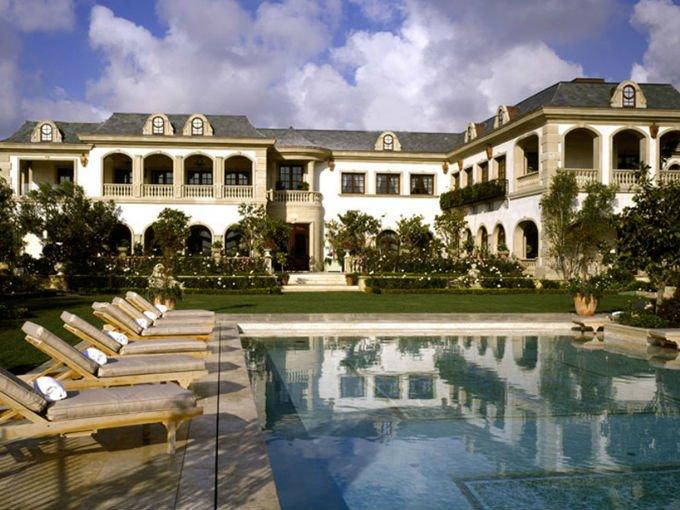 Le Belvédère es el nombre de la lujosa mansión de Mohamed Hadid, situada en Bel Air de Los Angeles de Bel Air. La propiedad incluye bodega de vinos, salón de baile y música, una habitación marroquí, elevador, un baño turco, un estanque de cisnes y 8 jardines de rosas.