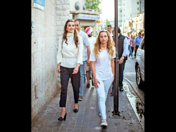 Rania de Jordania: la Reina de Jordania, se ha convertido en un ícono de moda mientras apoya a diseñadores originarios del Medio Oriente como Elie Saab, Krikor Jabotian y Aennis Eunis