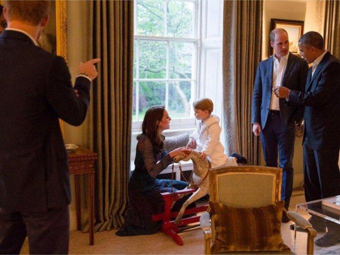 El hijo de los Duques recibió a los Obama en pijama, bata de dormir y zapatos azules.