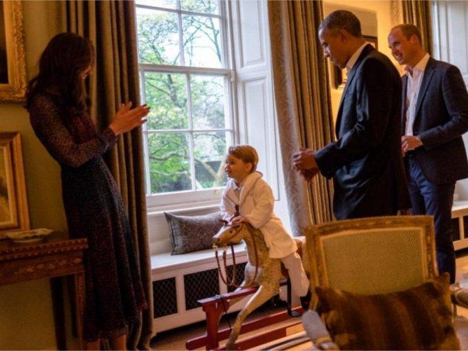 El Príncipe George montando su caballo de juguete, un regalo de la pareja presidencial.