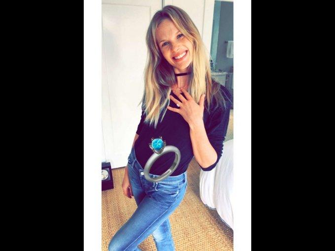 """La modelo de Victoria's Secret Anne V anunció su compromiso con Adam Cahan un año después de tener su primer hijo. La rusa publicó la foto con la leyenda """"Yep this happened"""" en sus redes sociales."""