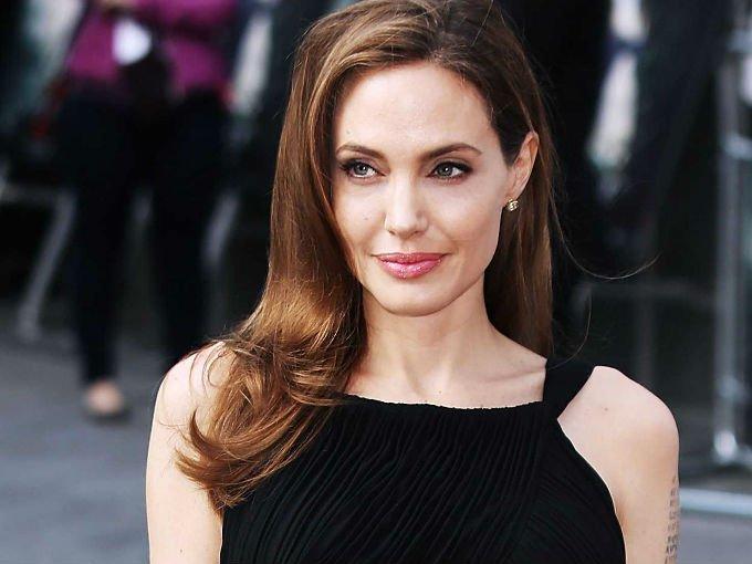 Luego de su separación con Brad Pitt, Angelina Jolie rentó esta lujosa propiedad por 30 mil dólares al mes. La casa incluye seis habitaciones, dos piscinas con cascadas y una gruta, además de un enorme jardín para que sus hijos disfruten del nuevo hogar….