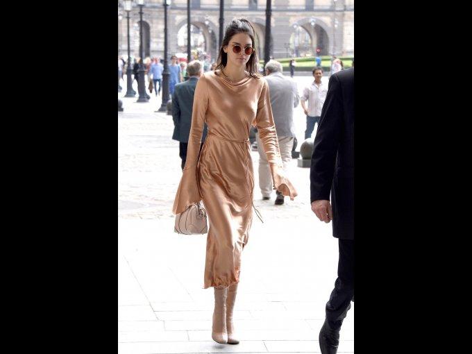 Kendall Jenner en un vestido de Bec & Bridge, bolso de Givenchy y botas de Acne Studios, París