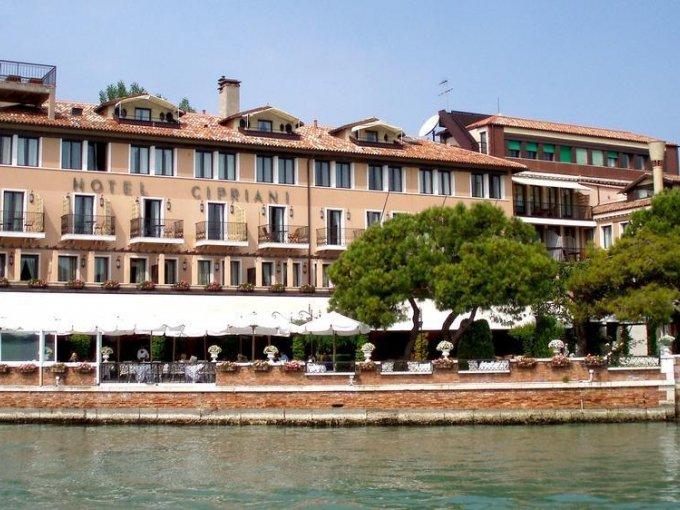 9. Belmond Hotel Cipriani, Venecia, Italia: descrito como el Palco Real de Venecia, este hotel ofrece vistas extraordinarias de la laguna y del Palacio Ducal, en un lugar con un estilo clásico veneciano.