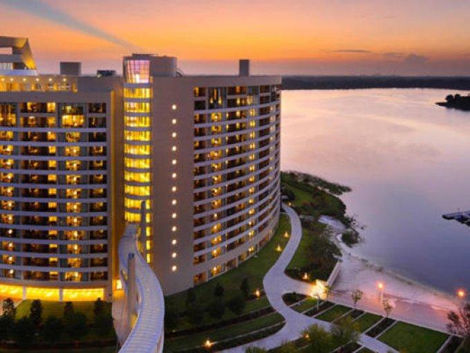 Bay Lake Tower es famoso por sus exclusivas instalaciones que incluyen un tobogán acuático de cristal. Sus áreas recreativas son un must