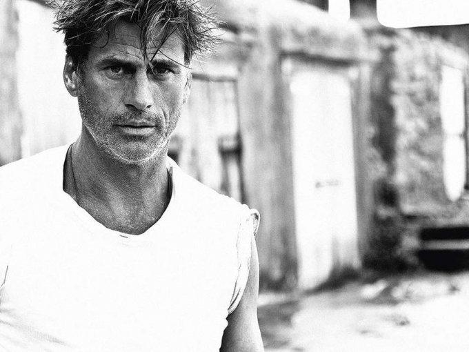 Mark Vanderloo: considerado  uno de los supermodelos masculinos, Vanderloo  es un must en lo que a moda noventera se refiere, gracias a icónicas campañas con DKNY, Calvin Klein y Armani.