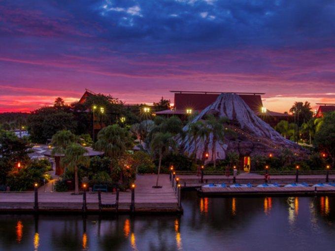 Polynesian Village Resort, ubicado cerca del parque temático Magic Kingdom, este hotel de Disney tiene bungalows, playas y tiendas para vivir una experiencia completa