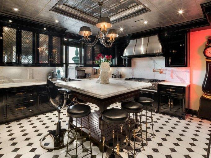 La cocina tiene un estilo retro, inspirado en la década de 1950 .