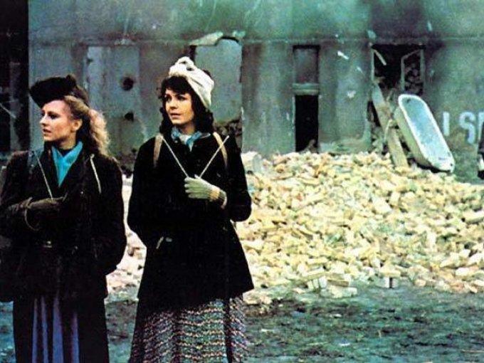 El matrimonio de Maria Braun de Rainer Werner Fassbinder, 1979 / Una de las películas más aclamadas de Werner Fassbinder; cuenta la historia de Maria Braun, una mujer que se casa con un soldado que debe regresar a la guerra un día después de su boda.