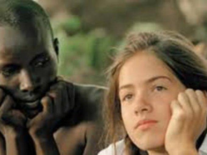 En un lugar de África de Caroline Link, 2001 / Ganadora del Oscar como mejor película extranjera, es la adaptación al cine de la novela autobiográfica de Stefanie Zweig, quien huyó a los seis años con sus padres desde Alemania hasta Kenia, cuando se desató la persecución nazi contra los judíos.