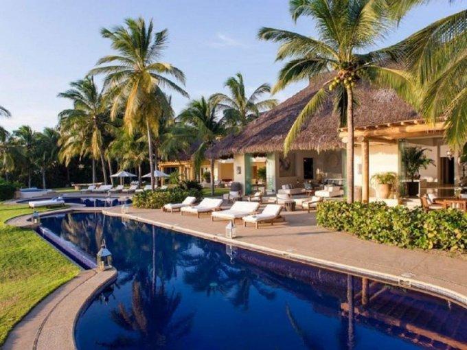 Kim Kardashian pasó una semana de vacaciones en México con sus hijos en una espectacular residencia en Punta Mita. Conocida como Casa Aramara, este recinto frente al mar fue diseñado por Martyn Lawrence Bullard. El precio por noche es de 16 mil dólares y  pueden quedarse hasta 20 personas.