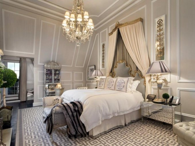 El dormitorio prinicpal está decorado en tonos neutros.