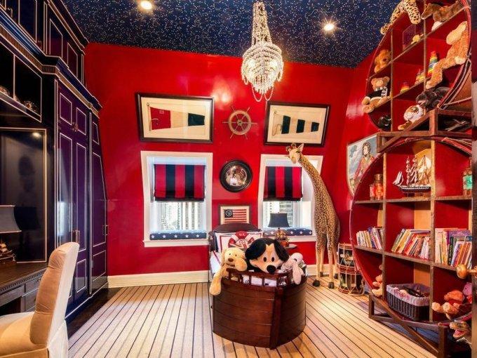 También hay un salón de juegos, con los colores distintivos de su firma de moda.