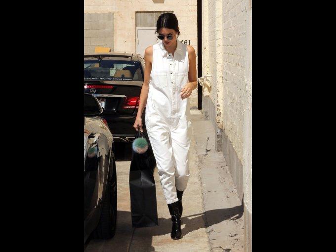 Kendall Jenner en un jumpsuit de Anine Bing y botas de Kenneth Cole, Los Angeles
