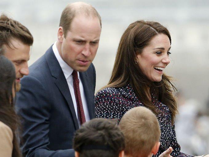 Kate Middleton y el príncipe William viajaron a París como parte de una visita oficial de dos días. La pareja fue recibida por el presidente francés François Hollande en el Palacio de los Élysées, la residencia oficial del mandatario.