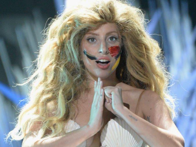 Lady Gaga es una de las famosas que no deja de sorprender al público con sus atuendos que van desde vestir con carne fresca hasta  lucir como una sirena. Estos son los looks más extravagantes de la celebrity: