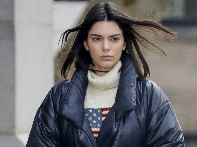 Además de estilo, Kendall Jenner tiene muy buen gusto en cuanto a las bolsas. Regularmente, luce firmas como Celine, Balenciaga o Givenchy.  Aquí algunos de sus mejores looks: