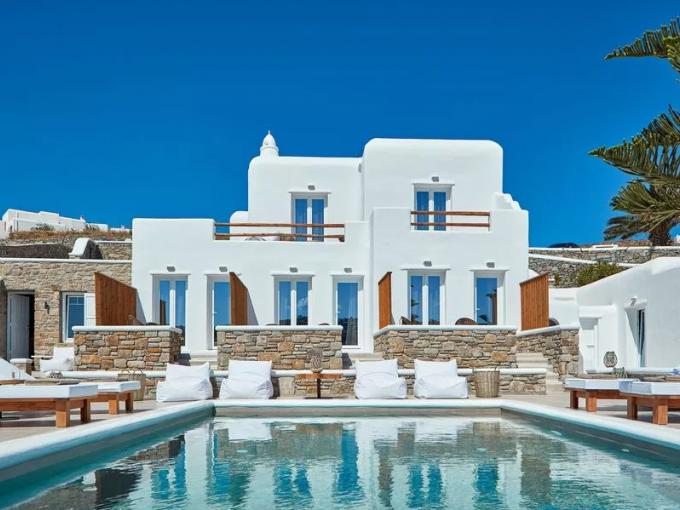 Grecia es uno de los destinos más soñados por todos. Sus playas, gente y cultura sonlo que hace tan atractivo a este destino, así que si quieres planear unas vacaciones perfectas, no olvides checar estos 5 nuevos hoteles en una de las ciudades más cool del momento: