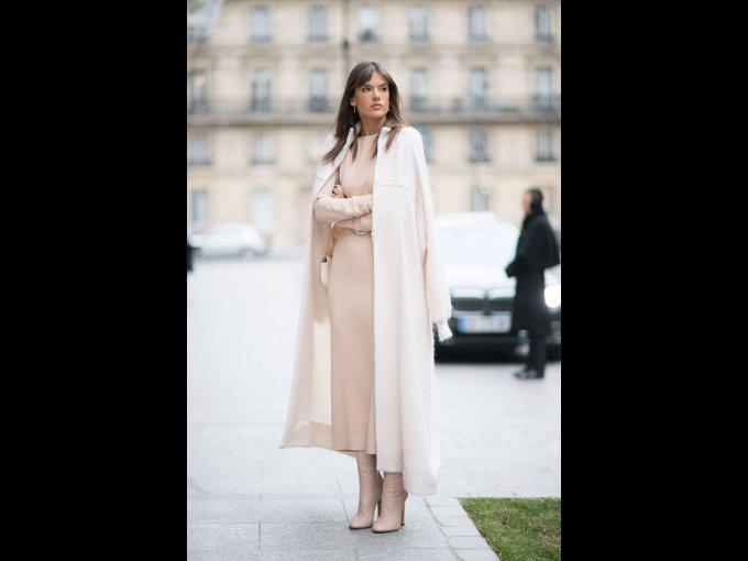 Alessandra Ambrosio en un vestido de Alessandra Rich y abrido de Talbot Ruhof, París