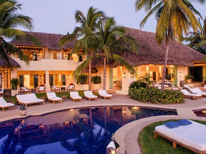 La Riviera Nayarit se ha convertido en uno de los principales destinos favoritos de los artistas en México. Punta Mita, se encuentra dentro de ésta riviera y se dice que es la playa más lujosa para vacacionar debido a que se encuentran los complejos de hoteles más lujosos y privados. Kim Kardashian visitó  'Casa Aramara', uno de los resorts más caros en Punta Mita y por lo visto no la paso nada mal en éste paraíso mexicano que cuesta alrededor de 10 mil dólares por noche.