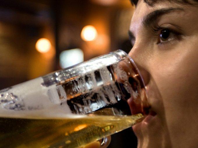 La preferencia de los mexicanos por la cerveza es un gusto que ha ido aumentado cada año. En promedio, en este país consumimos 6.1 litros al mes, sin contar diciembre.  Ya sea clara u obscura, esta bebida es la favorita de muchas personas. Aquí, algunas de las botellas más caras que puedes encontrar: