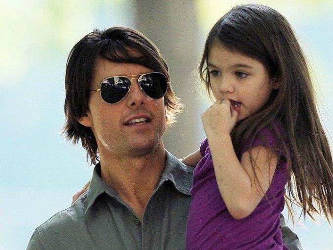Suri Cruise, hija de Tom Cruise, es una de las niñas de Hollywood con más estilo, desde pequeña mostró el gusto por vestir bien y usar bolso y tacones, aquí sus mejores outfits; Estamos seguros que en un futuro no muy lejano la veremos en la industria de la moda.