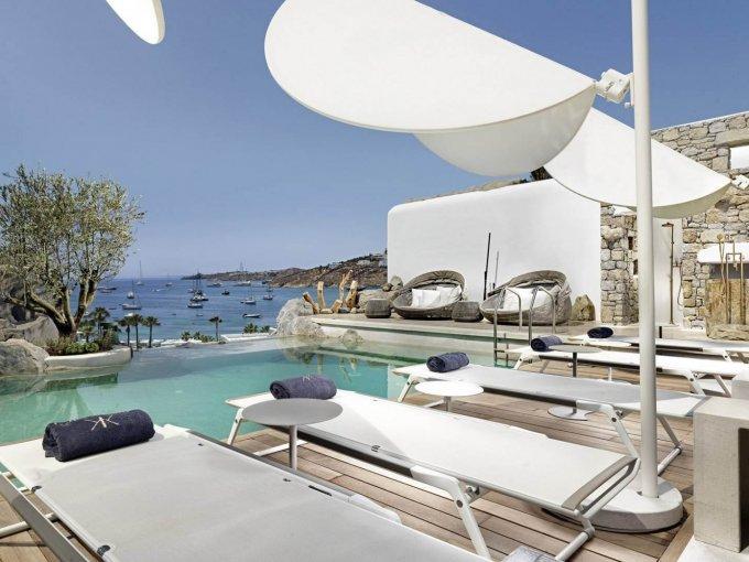 Kensho, Ornos Beach: Un hotel boutique ubicado en la colina paradespertar con las mejores vistas. En su restaurante gourmet, donde podrás probar platillos griegos e internacionales.