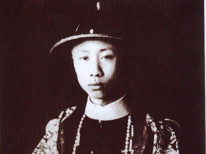 Puyi tomó el cargo de emperador de China cuando tenía 2 años en 1908.