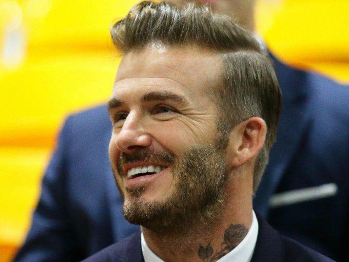 David Beckham inició su carrera como futbolista a los 21 años, desde ese momento los éxitos comenzaron a crecer para él, hasta el punto en donde se hizo parte del mundo de la moda. Aquí su transformación: