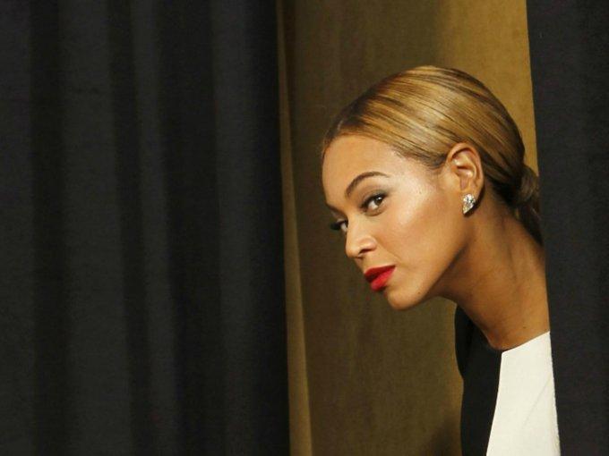 Según anunció Vogue, Beyoncé y Jay-Z están viviendo en una mansión de Malibú conocida como La Villa Contenta. Una residencia de 75 millones de dólares con vista al mar; los famosos pagan 400 mil dólares al mes de renta. La propiedad incluye varias salas de estar dobles, biblioteca, piscinas cubiertas y al aire libre, pista de tenis, casa de huéspedes y bodega.