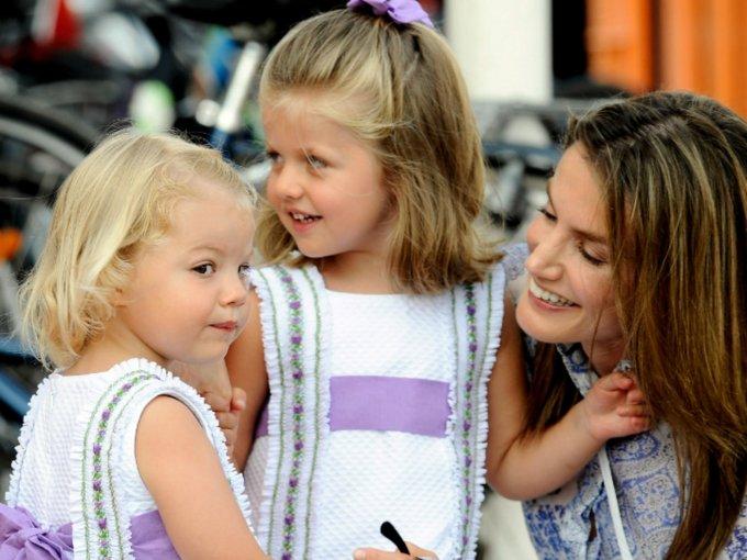 Mucho se ha hablado de la reina Letizia en su papel como madre, pero lo cierto es que estas imágenes no mienten, pues se ve que la royal es una mujer que se divierte con sus hijas y es cariñosa: